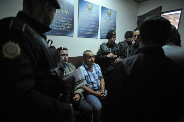 Alleged drug trafficker Elio Lorenzana (R), who faces an extradition warrant from the United States, is kept under custody prior to declare at court on November 8, 2011 upon his arrival in Guatemala City. AFP PHOTO Johan ORDONEZ.